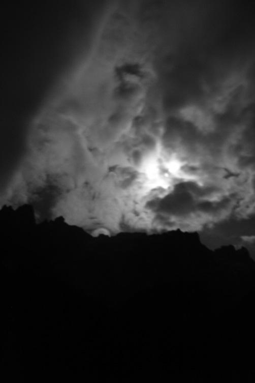 la-noche-tras-espesas-nubes-foto